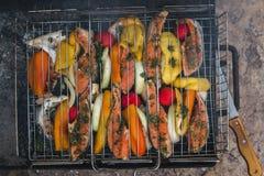 Pescados asados a la parrilla con las especias en el fuego imagen de archivo libre de regalías