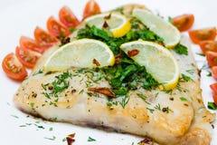Pescados asados a la parrilla con las verduras y la salsa cremosa Fotografía de archivo