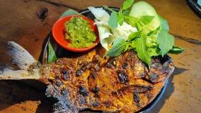 Pescados asados a la parrilla de Bawal con la salsa de soja con la salsa de chile verde foto de archivo libre de regalías