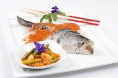 Pescados asados a la parrilla de la lubina con la salsa roja y el acompañamiento conservado en vinagre de las verduras imágenes de archivo libres de regalías
