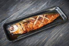 Pescados asados a la parrilla del saba con la salsa dulce en la bandeja con oscuridad imagen de archivo