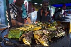 Pescados asados a la parrilla en el mercado del Ramadán