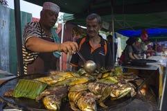 Pescados asados a la parrilla en el mercado del Ramadán imágenes de archivo libres de regalías