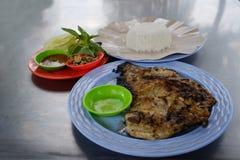 Pescados asados a la parrilla en placa azul del plasti con el arroz blanco Comida tradicional de Bali Foto de archivo