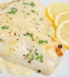 Pescados cocidos al horno en salsa de queso Imagen de archivo libre de regalías