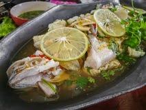 Pescados cocidos al vapor en salsa de la cal Foto de archivo