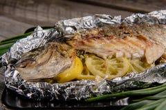 Pescados cocidos con el limón y las hierbas fotografía de archivo