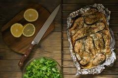 Pescados cocidos con el limón y verdes foto de archivo