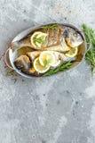 Pescados cocidos Dorado Brema de mar o pescados del dorada asados a la parrilla Foto de archivo