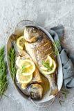 Pescados cocidos Dorado Brema de mar o pescados del dorada asados a la parrilla Imagen de archivo