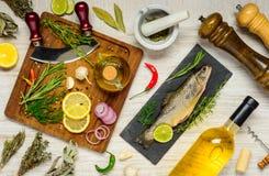 Pescados con cocinar los ingredientes fotos de archivo libres de regalías