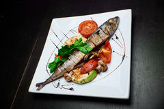 Pescados con las verduras asadas a la parrilla Fotografía de archivo libre de regalías