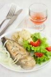 Pescados con las verduras en la placa Imágenes de archivo libres de regalías