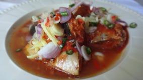 Pescados conservados con la ensalada de la salsa de tomate Imagen de archivo libre de regalías