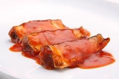 Pescados conservados en salsa de tomate imagenes de archivo