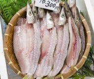Pescados cortados frescos en un mercado japonés foto de archivo