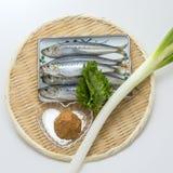 Pescados crudos frescos del capelín de la sardina con la cebolla y el wasabi en el bambú t Foto de archivo