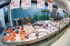 Pescados crudos listos para la venta en el hipermercado Karusel Imagen de archivo