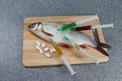 Pescados crudos, no cocinados Pescados blancos en una tabla de cortar hablada enigmáticamente con Imagen de archivo libre de regalías