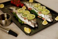 Pescados crudos. Preparación sana de la cena. Foto de archivo