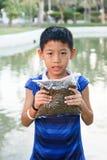 Pescados de alimentación del muchacho Fotos de archivo