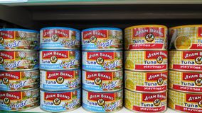 Pescados de atún de Ayam Brand en el centro comercial para la venta fotografía de archivo libre de regalías