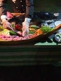 Pescados de atún que son cortados en los cubos del sushi imágenes de archivo libres de regalías