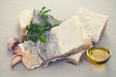 Pescados de bacalao salados con las hierbas foto de archivo