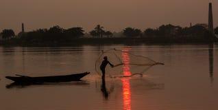 Pescados de cogida del pescador foto de archivo libre de regalías