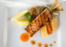 Pescados de color salmón asados a la parilla Fotografía de archivo