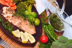 Pescados de color salmón con bróculi Fotos de archivo