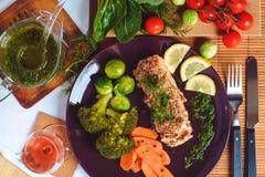 Pescados de color salmón con las verduras Fotos de archivo