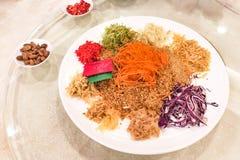 Pescados de color salmón crudos de Yee Sang, delicadeza china del Año Nuevo de Malasia Fotos de archivo libres de regalías