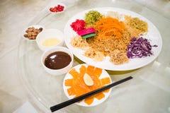 Pescados de color salmón crudos de Yee Sang, delicadeza china del Año Nuevo de Malasia Foto de archivo libre de regalías