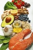 Pescados de color salmón e ingredientes sanos que se preparan para cocinar la comida Fotografía de archivo libre de regalías