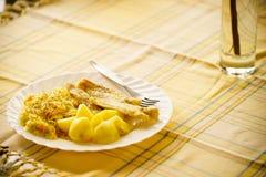 Pescados de la comida de la cena con la ensalada y las patatas Fotografía de archivo libre de regalías