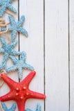 Pescados de la estrella en fondo de madera de la tabla Artículos marinos en fondo de madera Objetos del mar en la tabla de madera Fotografía de archivo libre de regalías