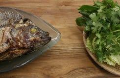 Pescados de la parrilla con la diversa verdura para la cena Foto de archivo libre de regalías