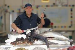 Pescados de la venta del pescador Foto de archivo libre de regalías