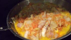 Pescados de mar del pollock Pescados fritos en un sartén Zanahoria y pescados fritos de la cebolla con crema agria Plato caliente almacen de video