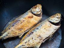 Pescados de mar que fríen en una cacerola Fotos de archivo libres de regalías