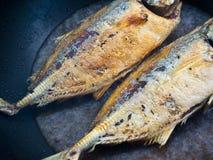 Pescados de mar que fríen en una cacerola Fotografía de archivo libre de regalías