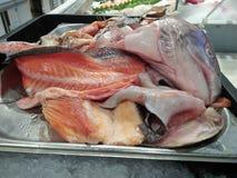 Pescados de mar que se han cortado perfectamente y están listos en venta imagen de archivo