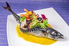 Pescados de mar, vestidos con las verduras y las aceitunas imagen de archivo libre de regalías