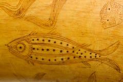 Pescados del arte popular que tallan en el claxon de polvo 1800's Imagenes de archivo