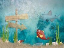 Pescados del océano con el poste indicador de madera Fotografía de archivo libre de regalías