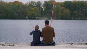 Pescados del padre y del hijo en el lago almacen de metraje de vídeo