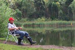 Pescados del pescador en el río Imagenes de archivo