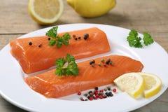 Pescados del salmón ahumado en una placa imagen de archivo