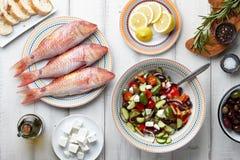Pescados del salmonete rojo y el cocinar mediterráneo de los platos fotos de archivo libres de regalías